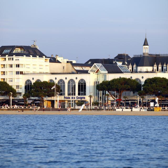 Palais des Congrès, depuis le Bassin